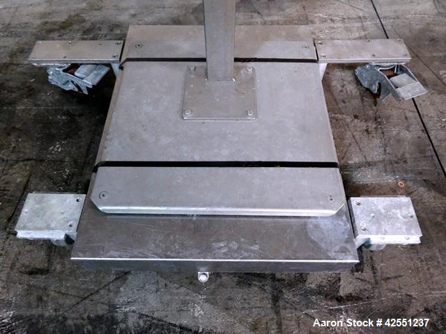 """Used- Mettler Toledo Floor Scale, Model LYNX-HA0800. 19"""" x 25"""" Platform, 300 Kg capacity. Serial# 4475281-42Y."""
