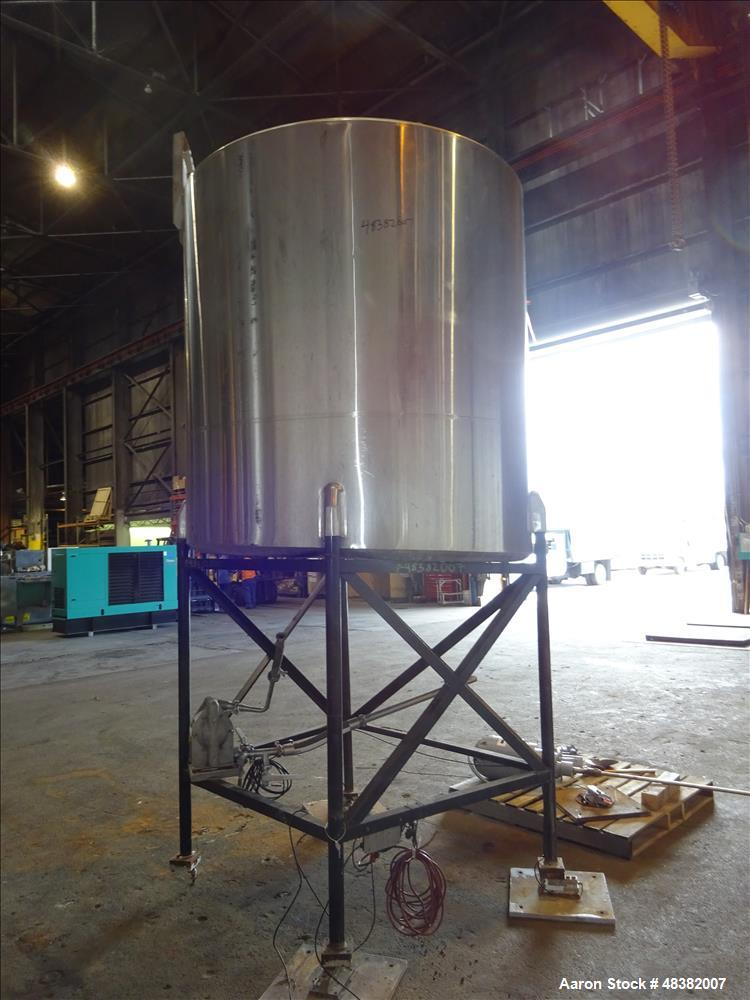 Used- Tank, Approximately 1,100 Gallon, 304 Stainless Steel, Vertical.